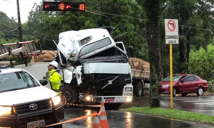 https://www.jornalacomarca.com.br/wp-content/uploads/2019/12/acidente-caminhao1575310046.jpg