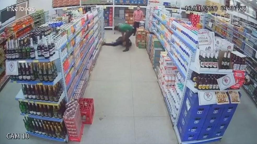 https://www.jornalacomarca.com.br/wp-content/uploads/2020/11/camera-de-seguranca-flagrou-agressao-em-supermercado.jpg